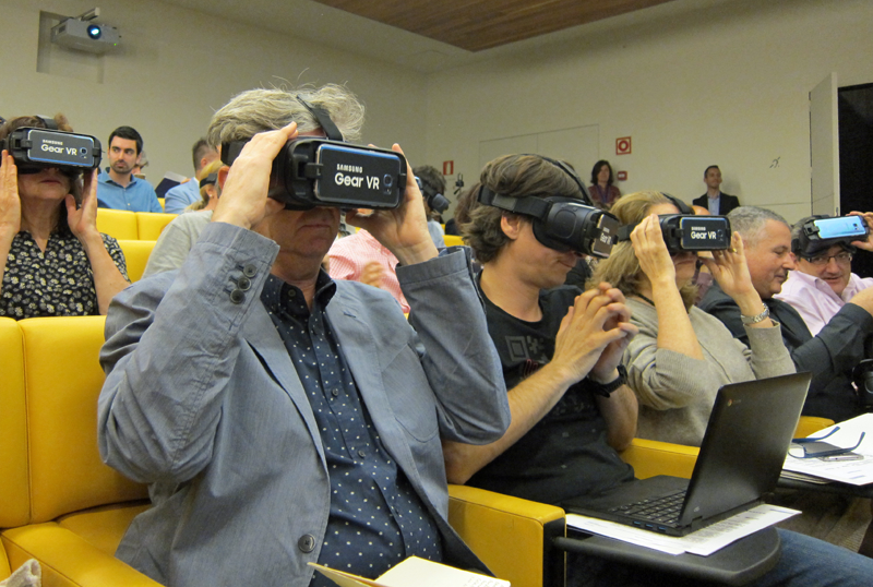 Asistentes a la rueda de prensa probando las gafas de realidad virtual Gear VR de Samsung