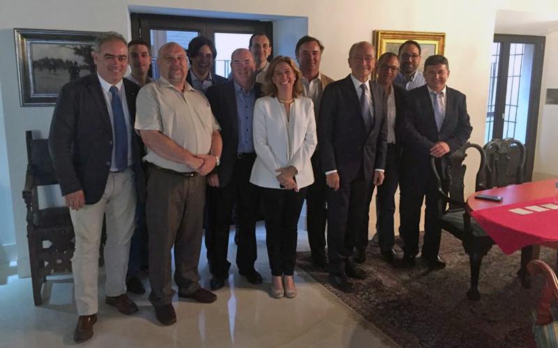 Francisco de la Torre, Alcalde de Málaga (4º desde la derecha) y Elvira Maeso, Teniente de Alcalde (6ª desde la derecha), junto a representantes de KNX Association (Bruselas), KNX España y la Universidad de Málaga
