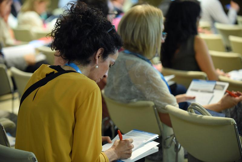 Asistente tomando notas en el III Congreso Edificios Inteligentes