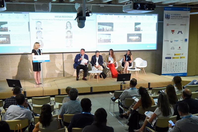 Inés Leal, Directora Editorial y Desarrollo de Grupo Tecma Red, moderó la Mesa Redonda Implementación de la Tecnología y su promoción en el Sector Inmobiliario