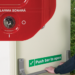 Un sistema de alarma que previene el uso no autorizado de las salidas de emergencia y puertas cortafuegos