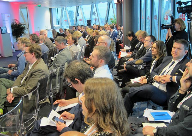 Público en Conferencia Internacional de prensa de ABB