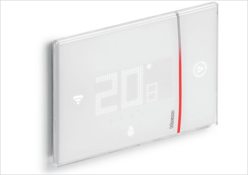El termostatoSmarther de BTicino que presenta Legrand está conectado mediante wifi y es fácilmente manejable a través de una aplicación móvil.