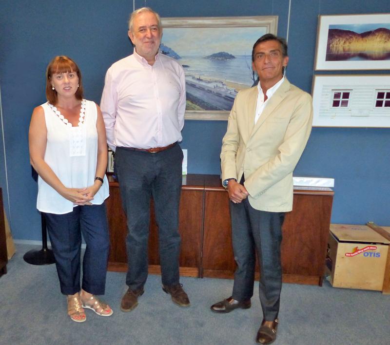 Antonio Piédrola, director de desarrollo corporativo de Zardoya Otis, a la derecha, junto con Ignacio Lucini Carnicero, adjunto a dirección de la Fundación Shangri-La, en el centro, tras la firma del acuerdo.