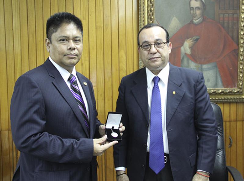 Firma del acuerdo entre el ministro de Panamá y el rector de la Univesidad