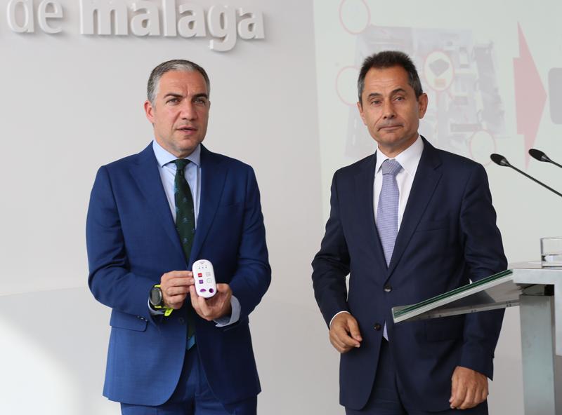 Elías Bendodo, presidente de la Diputación (izquierda) y Antonio Fernández, director territorial de Vodafone de Andalucía y Extremadura (derecha), en la presentación del proyecto piloto.