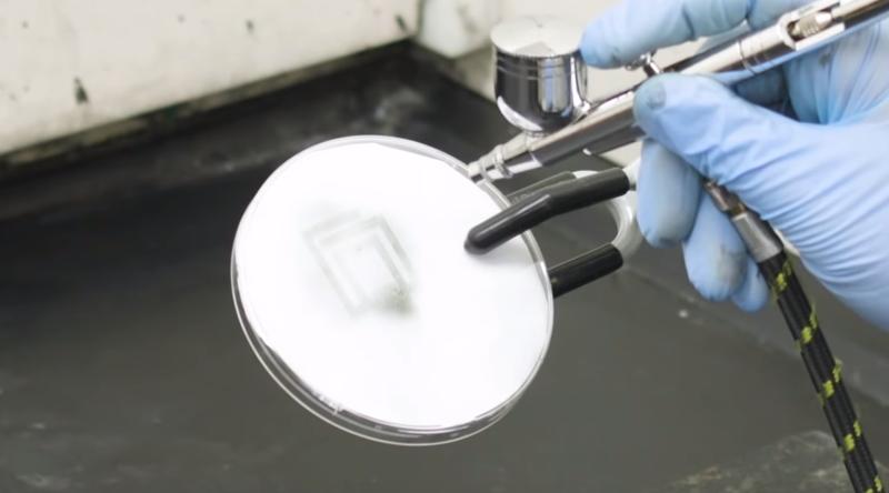 Con un sencillo aerosol puede recubrir las superficies, hasta dejar una capa homogénea.