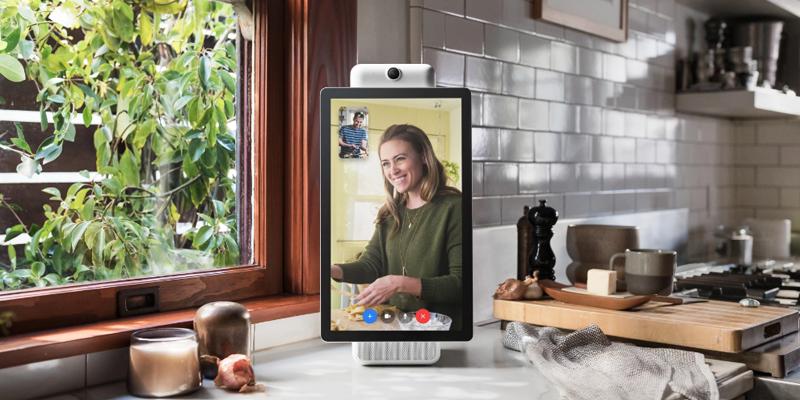 Facebook se alía con Alexa de Amazon para poder usar su nuevo dispositivo a través de los comandos de voz.