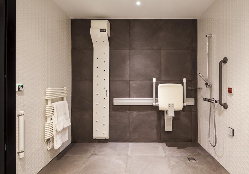 El baño está equipado con sensores que permiten detectar a la persona para conocer si se ha caído, así como para accionar el secador de cuerpo entero.