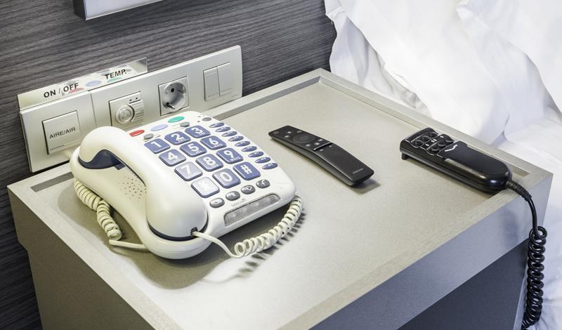 El teléfono está conectado al collar de emergencia que avisa a recepción cuando se pulsa el botón del collar.