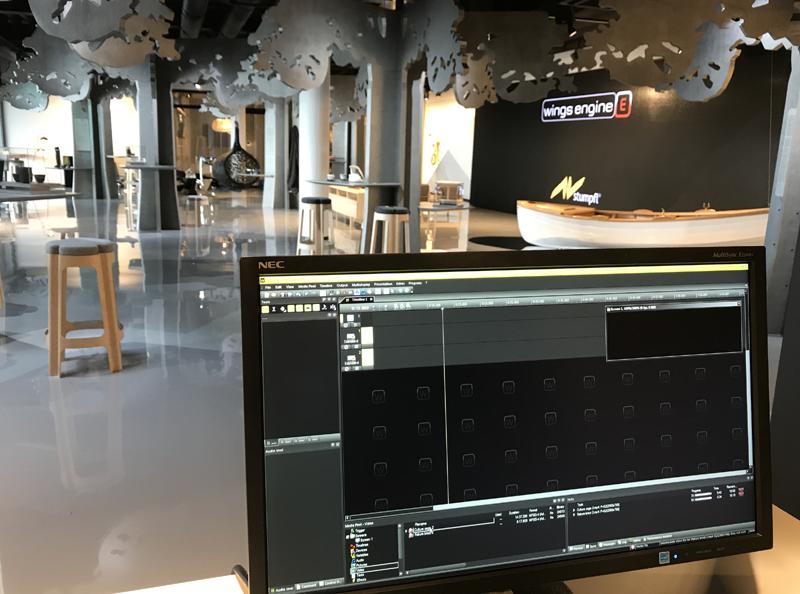 Para controlar todos los dispostivos inteligentes, se instaló Wings Stage Engine que permite gestionar la sala completa.