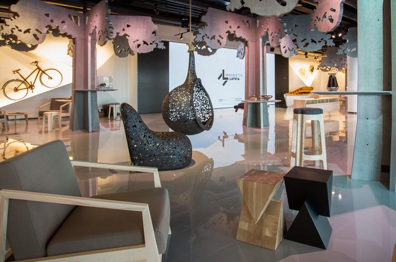 El diseño de la sala muestra elementos de la cultura de Letonia.