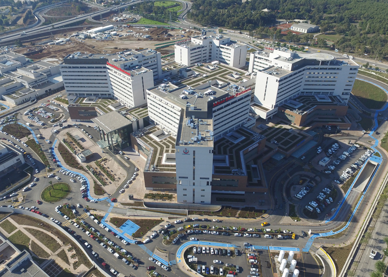 En sus 318.000 metros cuadrados de superficie, este complejo posee las especialidades de Oncología, Cardiología y Cardiovascular,Maternidad y Pediatría.