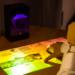 El proyector inteligente Puppy Cube transforma cualquier superficie en una pantalla táctil