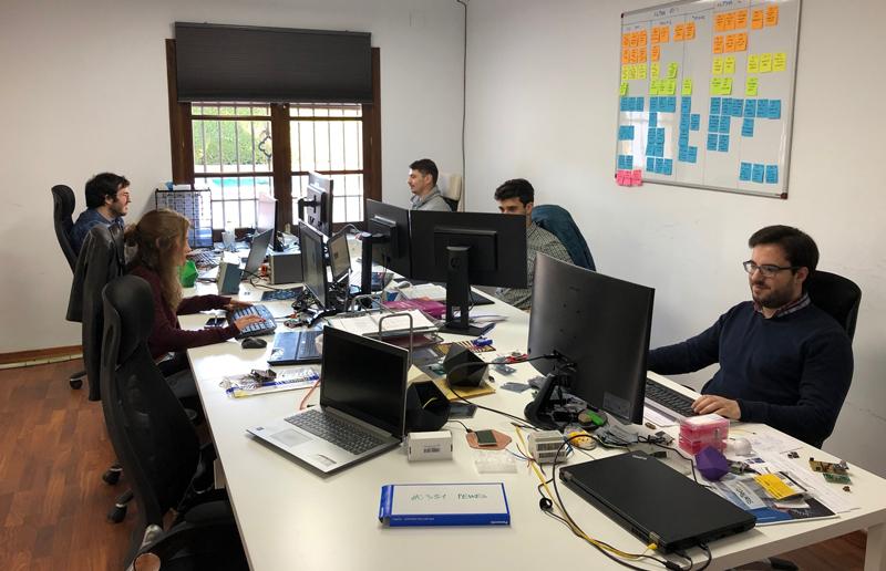 Parte del equipo de Smart IoT Labs en su sede de Sevilla.