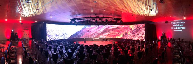 Sono instala una pantalla de 23 metros de ancho por 3 de alto en un evento de Vodafone.