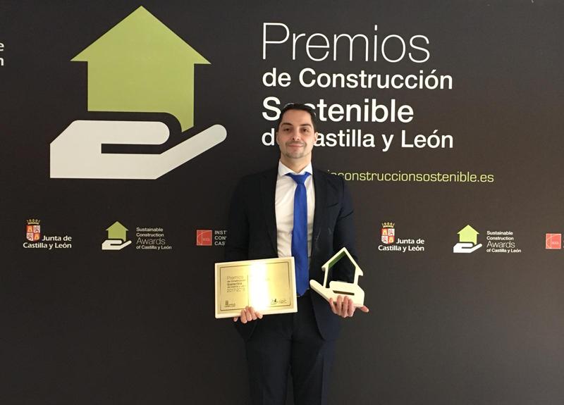 Roberto Torena director del área de Experiencia, Transformación e Innovación Digital de Ilunion Tecnología y Accesibilidad, recogiendo el premio a la Innovación por los beepcons de Ilunion.