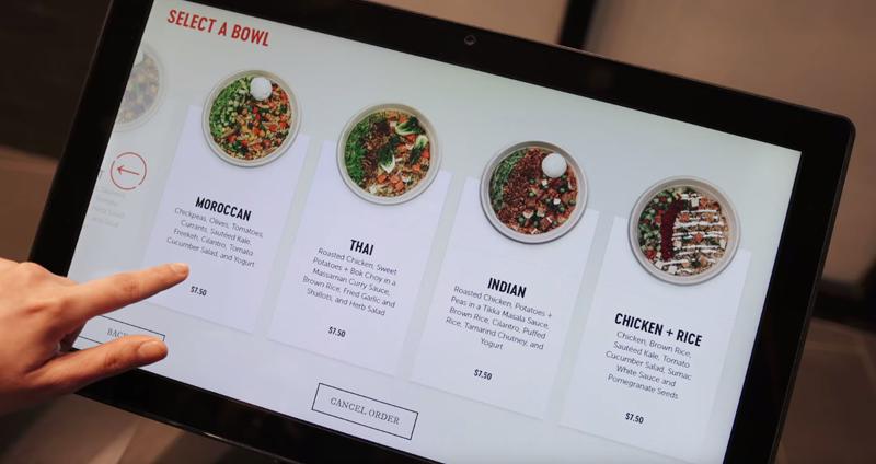 Desde las pantallas táctiles, los clientes pueden elegir el plato que quieren degustar, al tiempo que ven los ingredientes.