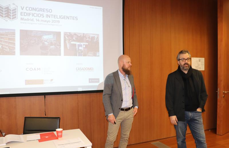 Stefan Junestrand, director V Congreso Edificios Inteligentes (izquierda) y Carlos Lahoz, Vicedecano COAM (derecha), en la apertura del Primer Comité Técnico.