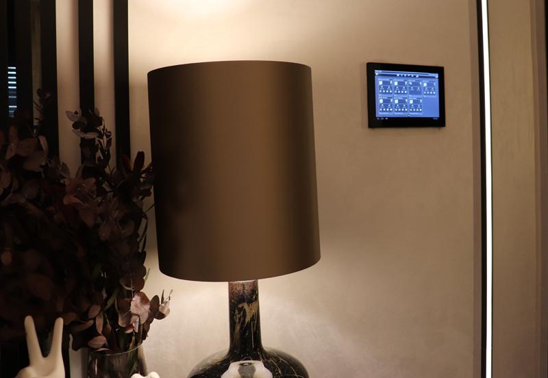 Desde el panel central Domovea, los usuarios pueden controlar las diferentes escenas configuradas, así como persianas, música o iluminación.