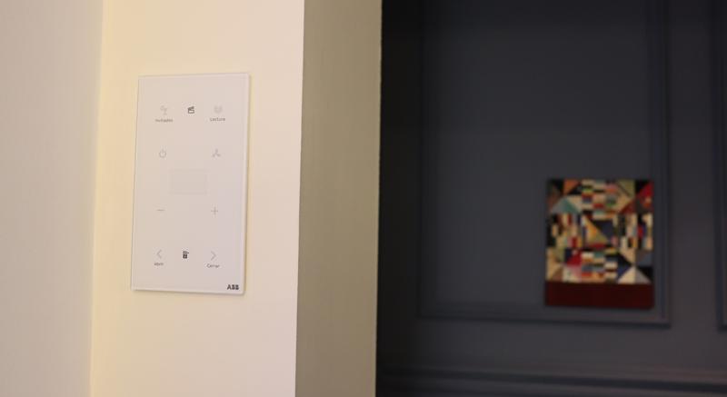 El nuevo sensor KNX ABB-tacteo, en negro y blanco, permite controlar las escenas, así como los dispositivos de manera individual.