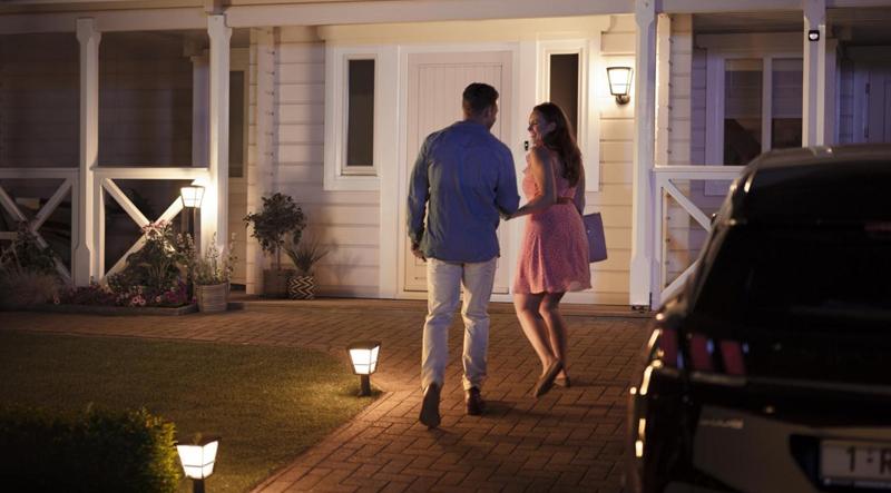 Las luces Philips Hue Outdoor de Signify utilizan sensores de movimiento para su accionamiento.