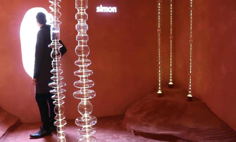 Simon trae el desierto al centro de Madrid para presentar sus productos de regulación de luz.