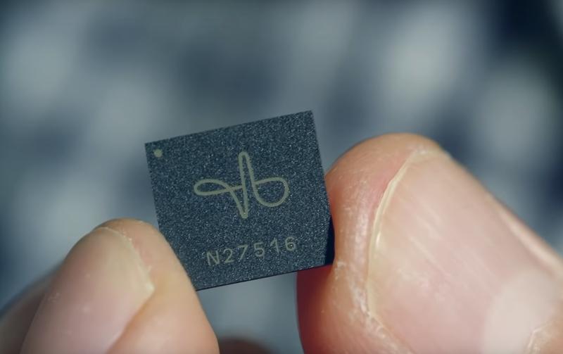 El sensor Soli posee un tamaña ultra-compacto de 8 mm x 10 mm, lo que facilita su integración en os dispositivos IoT.