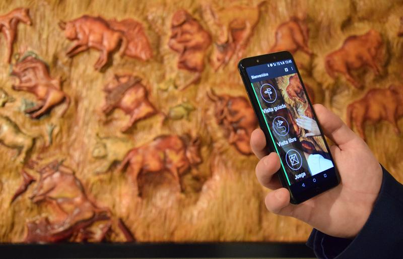 La aplicación de Amuse permite a los visitantes con discapacidad visual conocer más información de las obras expuestas en el Museo Tiflologico.