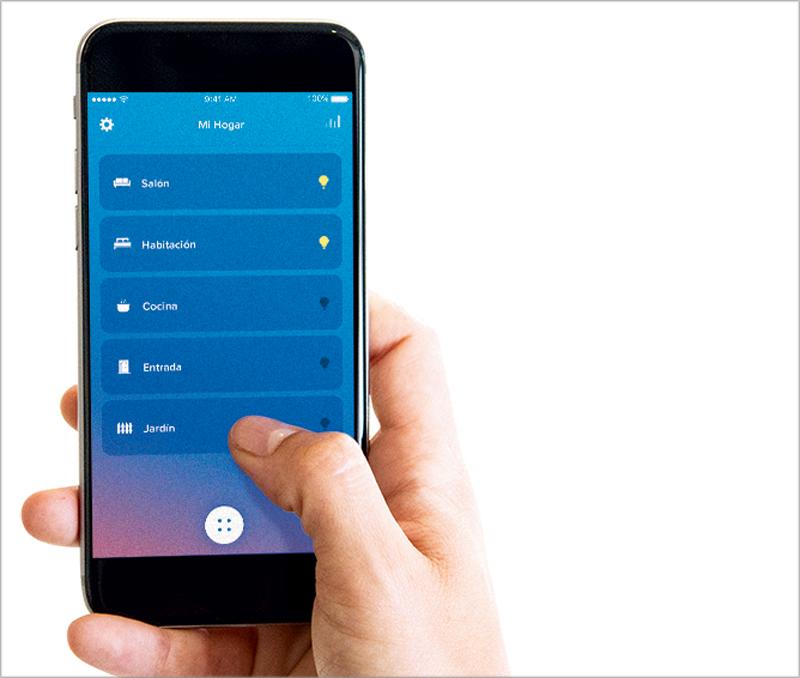 Valena Next puede controlarse a través de los dispositivos móviles de los usuarios con la aplicación Home+Control Legrand.