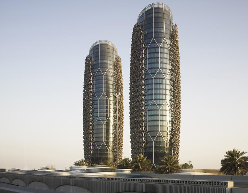 Las torres de Al Bahr son unos edificios inteligentes ya que poseen una segunda fachada automatizada que protege a la estructura principal de la incidencia directa de los rayos del sol. Foto: Christian Richters.