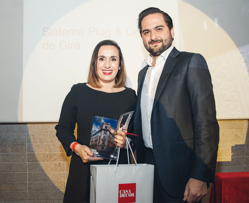 María Peguero, área manager centro de Gira, recogiendo el premio al Mejor Diseño de Producto 2019 otorgados por Casa Decor.