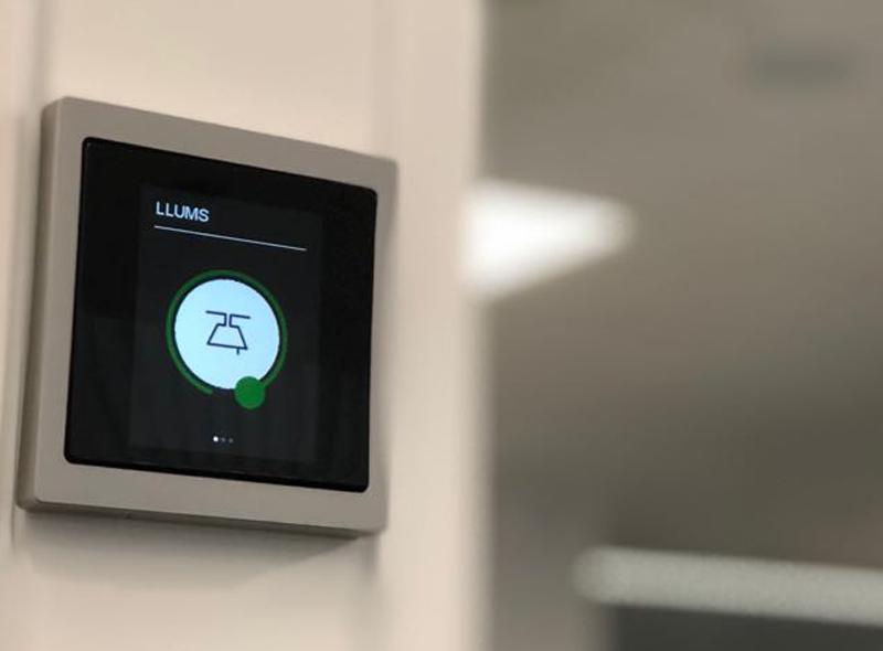 Cada una de las salas de la oficina inteligente se ha instalado una pantalla táctil para que los empleados puedan controlar la iluminación o el sonido ambiente.