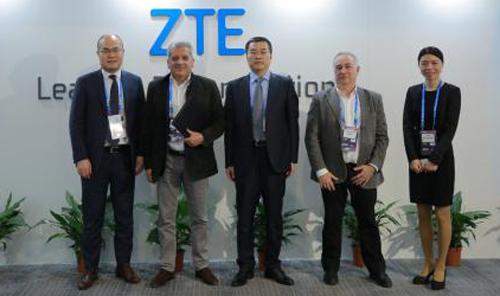 Representantes de ZTE y Netgem tras firmar el acuerdo estratégico para ampliar los servicios a los operadores de fibra.