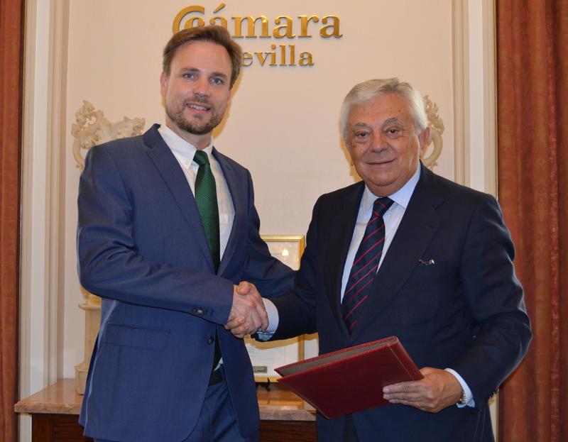 Jeroen Christiaan Dickhoff, director general de Bosch Security & Safety Systems Iberia (izquierda) y Francisco Herrero León, presidente de la Cámara de Sevilla (derecha) durante la firma del convenio.
