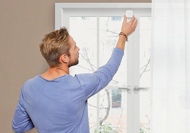 Con ayuda de los sensores de las ventanas y las puertas, la base del termostato de Gigaset puede regular la temperatura de la vivienda.