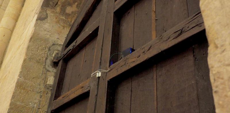 """""""La llave de la memoria"""" es un sensor que monitoriza las vibraciones de la puerta para saber cuándo se abre la cerradura o cuando es vandalismo."""
