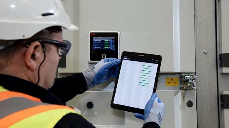 Un técnico visionando una tablet con los datos de la monitorización.