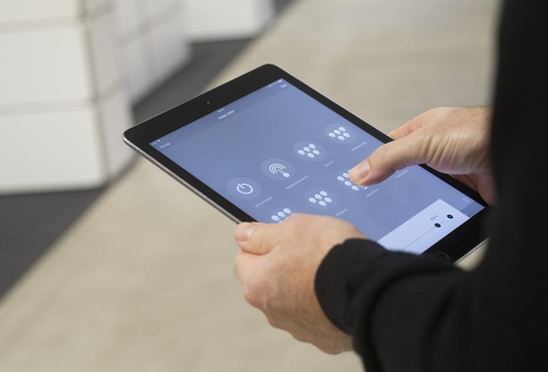 Todos los empleados de la agencia pueden gestionar la iluminación del estudio a través del un dispositivo móvil.