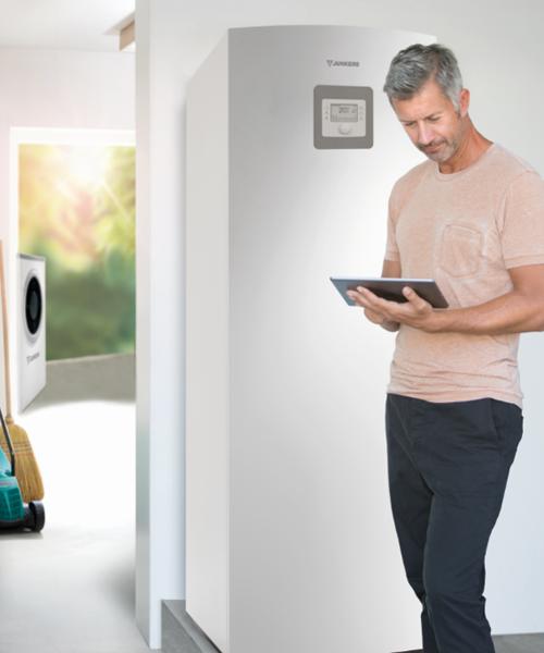 Un hombre con una tablet que está programando su sistema de climatización.