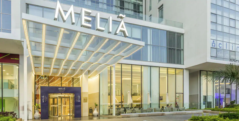 El hotel ha implementado señales digitales, ha mejorado la conexión a Internet y ha optado por incluir un asistente virtual para proporcionar una mejor experiencia a los huéspedes.