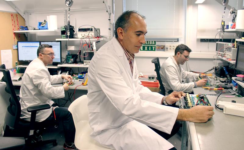 Técnicos de Olfer trabajando en el laboratorio.