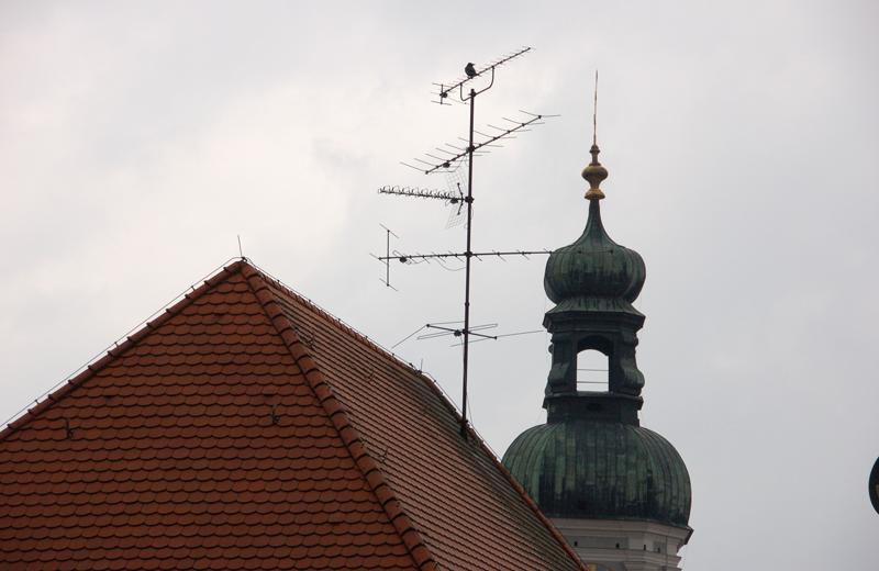 Un techo de una vivienda con una antena.