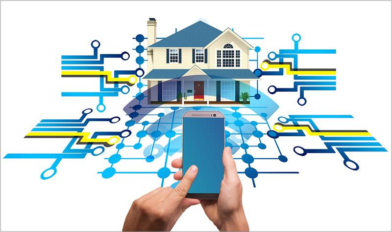 Una mano controlando un móvil para dar ordenes a una casa inteligente.