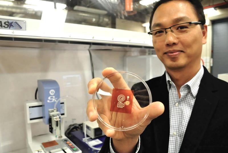 El profesor Woo Soom Kim de la SFU sujetando uno de los sensores ecológicos impreso en 3D.