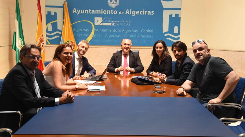 Reunión entre los representantes de la compañía y el alcalde de Algeciras.