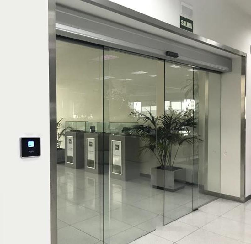 Figura 4. NÜO Awa lector de biometría y proximidad en puerta automática de acceso a la oficina.