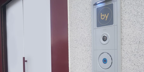 Proyecto de alta seguridad de control de accesos con biometría, proximidad RFID e integración inmótica en edificio sede corporativa