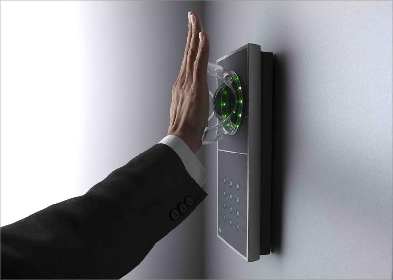 Una mano delante de un sensor de huella dactilar.