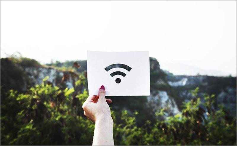 Una mano sujetando el símbolo del Wi-Fi.